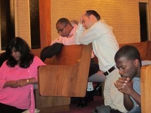 prier ensemble dans l'église